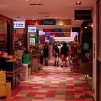 """<strong>На улице Такесита можно найти магазины по всем сабкультурным направлениям. На фото: магазин посвященный лоли-культуре и другим девчачьим направлениям. На третьем этаже находится ресторан тортиков, кот</strong><br/> <span style=""""font-size:0.8em"""">Используйте стрелки чтобы листать изображения</span><br/> <a href=""""http://sengie.ru/gallery/user/sengie-man/516/12027""""><span style=""""font-size:0.8em"""">Комментировать(0)</span></a> <a href=""""http://sengie.ru/gallery/user/sengie-man/516/12027""""><span style=""""font-size:0.8em"""">Рейтинг:(0)</span></a>"""