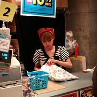 """<strong>Милая девочка продавщица из одного из самых больших и популярных магазинов одежды на Харадзюку. Этот магазин находится рядом с улицей Такэсима, сразу после Старбакса.</strong><br/> <span style=""""font-size:0.8em"""">Используйте стрелки чтобы листать изображения</span><br/> <a href=""""http://sengie.ru/gallery/user/sengie-man/516/12050""""><span style=""""font-size:0.8em"""">Комментировать(0)</span></a> <a href=""""http://sengie.ru/gallery/user/sengie-man/516/12050""""><span style=""""font-size:0.8em"""">Рейтинг:(0)</span></a>"""